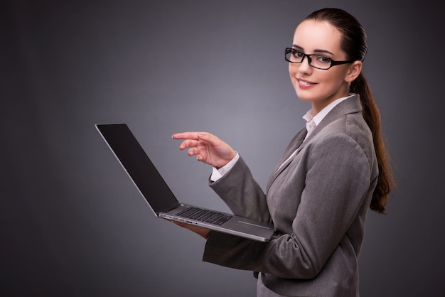 Femme d'affaires avec ordinateur portable au concept d'entreprise