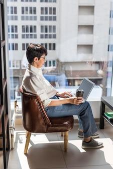 Femme affaires, à, ordinateur portable, et, café