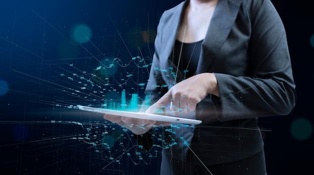 Femme d'affaires avec ordinateur portable en mains. concept de données volumineuses de réseau hud d'affichage numérique de la ville.