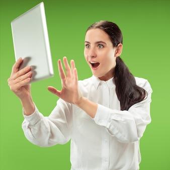 Femme d'affaires avec ordinateur portable.