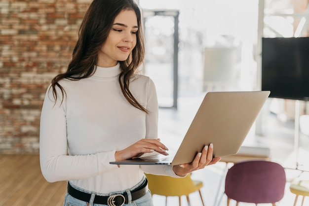 Femme affaires, à, ordinateur portable