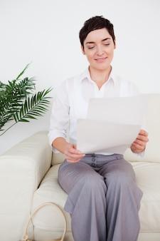 Femme d'affaires avec un papier