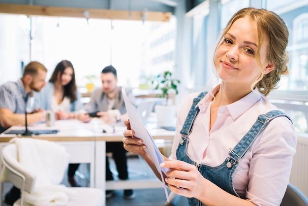 Femme d'affaires avec des papiers
