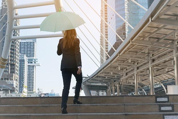 Femme d'affaires avec un parapluie en ville