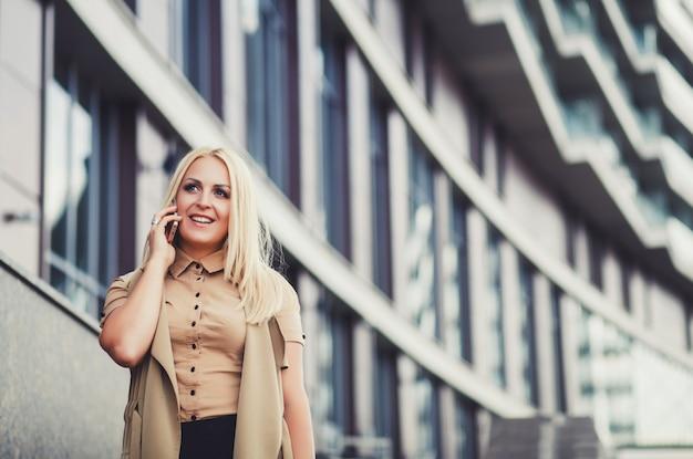 Femme d'affaires parlant au téléphone