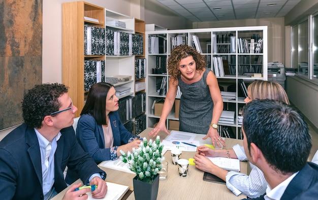 Femme d'affaires parlant lors d'une réunion d'affaires au travail d'équipe assis à table au siège de l'entreprise