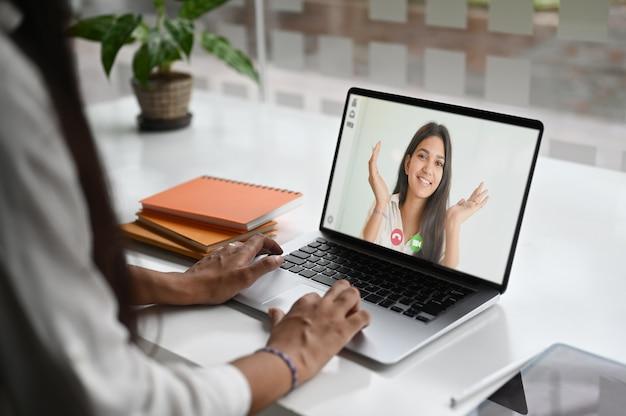 Femme d'affaires parlant à ses collègues de vidéoconférence