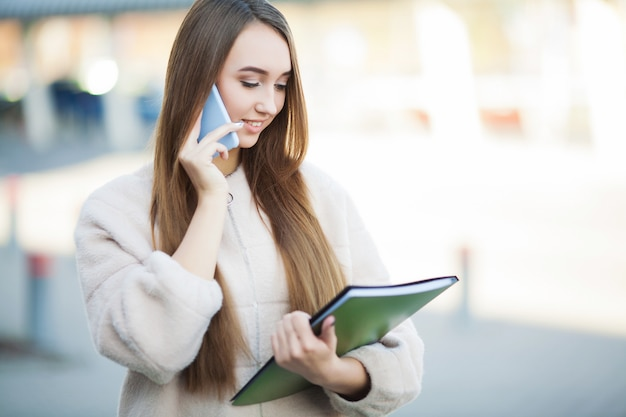 Femme d'affaires parlant sur un téléphone mobile