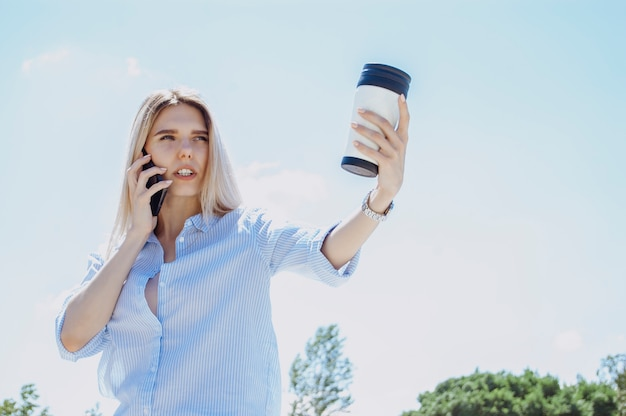 Femme d'affaires parle au téléphone