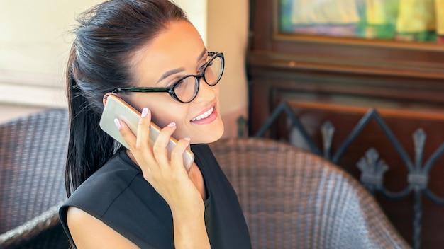 Femme d'affaires parle par smatrphone