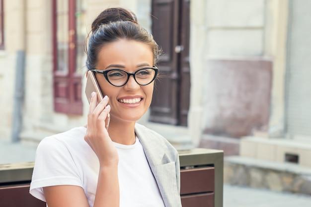 Femme d'affaires parle par téléphone