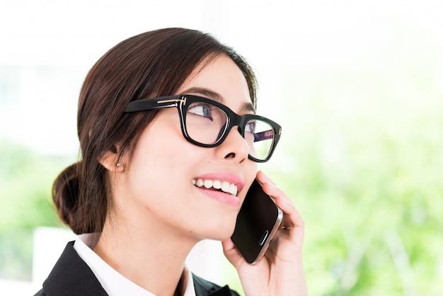 Femme d'affaires parle de téléphone portable