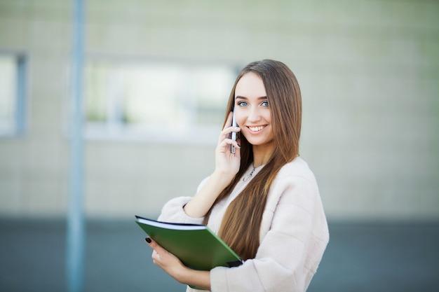 Femme d'affaires, parler au téléphone portable dans le paysage urbain de lviv
