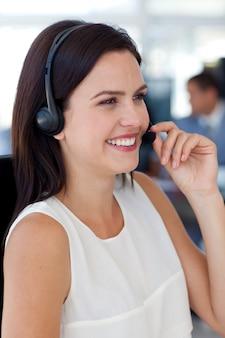Femme d'affaires, parler sur un casque dans un centre d'appels
