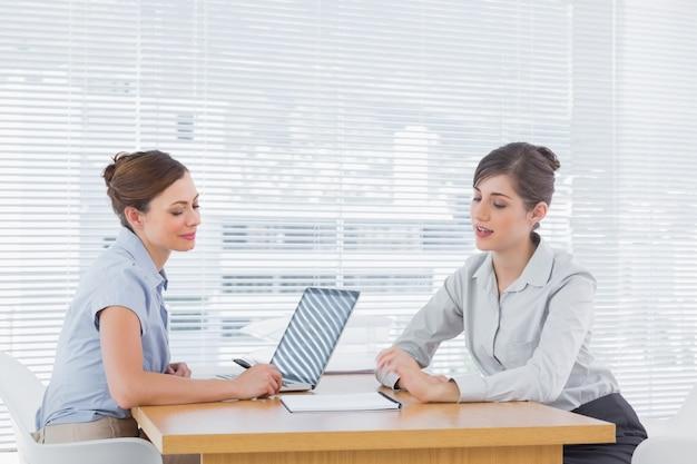 Femme d'affaires parler avec interview candiate