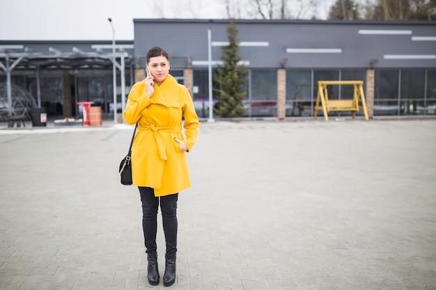 Femme d'affaires parler sur smartphone
