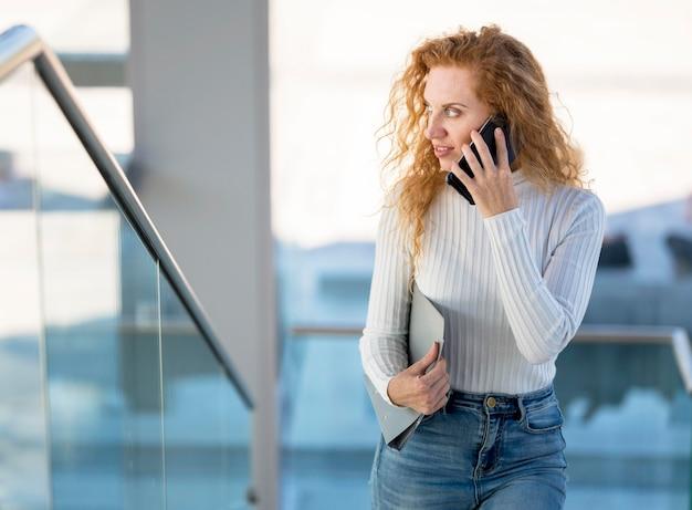 Femme affaires, parler téléphone, et, regarder loin
