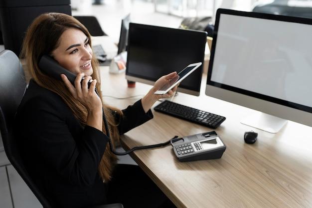 Femme affaires, parler téléphone