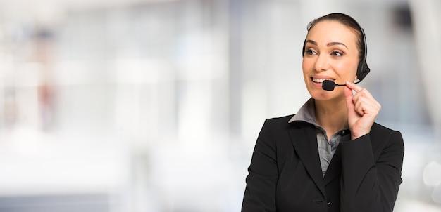 Femme d'affaires, parler à travers un casque. grand espace de copie lumineux