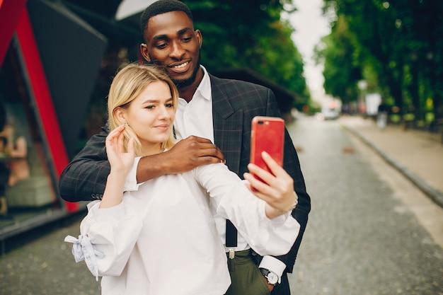 Femme d'affaires avec partenaire dans une ville