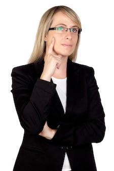 Femme d'affaires pensif avec des lunettes isolé sur fond blanc