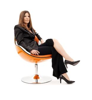 Femme d'affaires pensive avec téléphone portable sur blanc