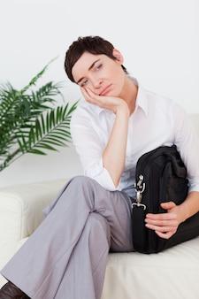 Femme d'affaires à poil court, assis sur un canapé