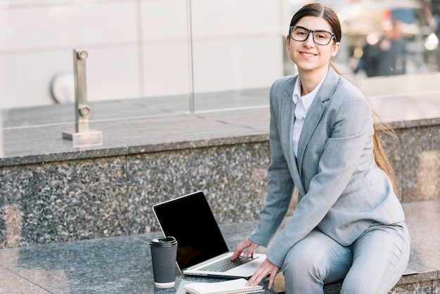 Femme affaires, portable utilisation, dehors