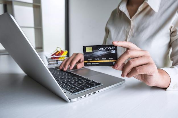 Femme affaires, portable utilisation, et, tenue, carte de débit, pour, payer, détail, page, affichage, achats en ligne