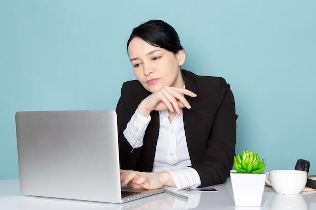 Femme affaires, portable utilisation