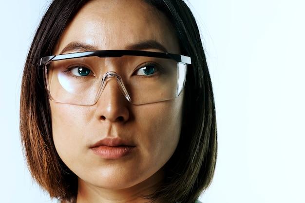 Femme d'affaires portant des lunettes ar / lunettes intelligentes ar / technologie futuriste de lunettes intelligentes