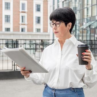 Femme d'affaires portant des lunettes de lecture coup moyen