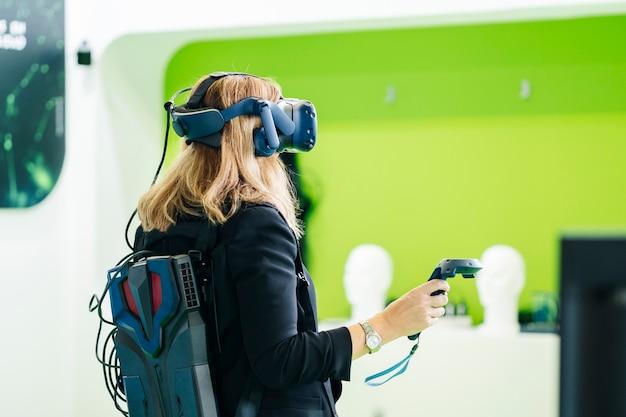 Femme d'affaires porte des lunettes de réalité virtuelle