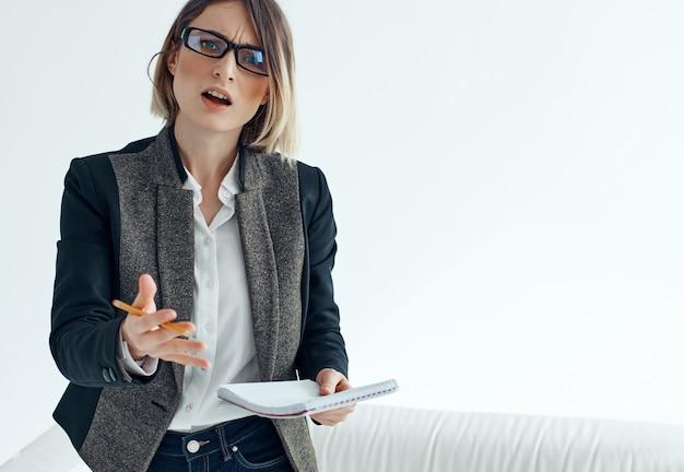 Femme affaires, porter, lunettes, documents, bloc-notes, bureau