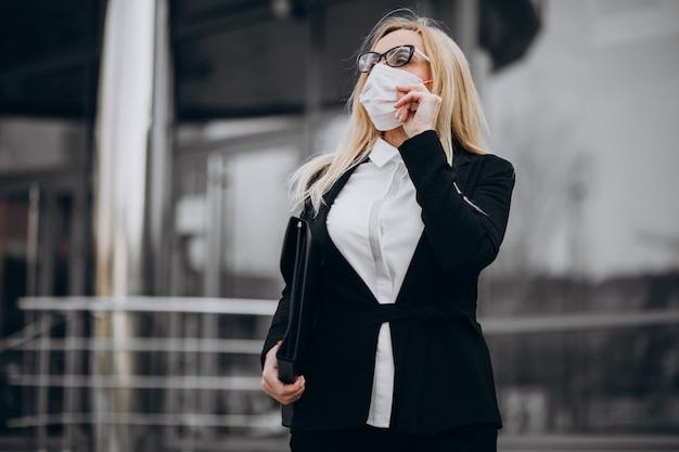 Femme affaires, porter, masque, dehors, les, centre affaires