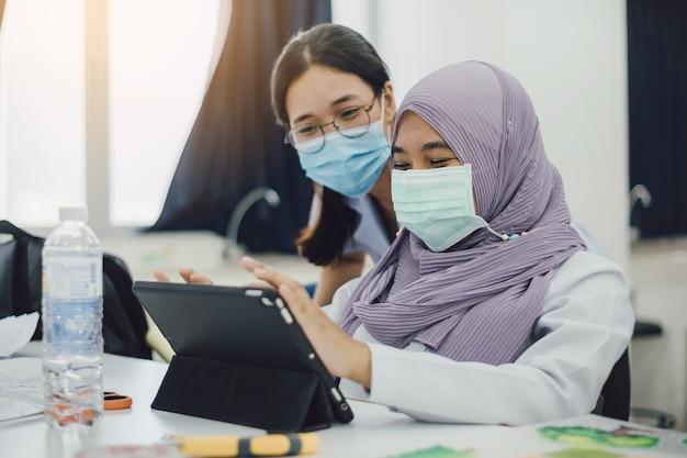 Femme affaires, porter, masque protecteur, analyse, société, finance
