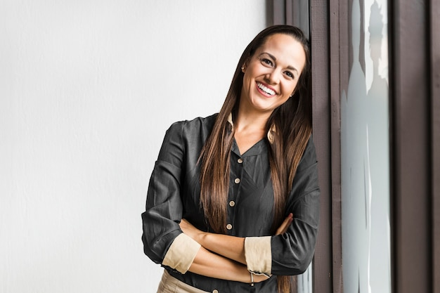 Femme d'affaires posant à côté du rideau