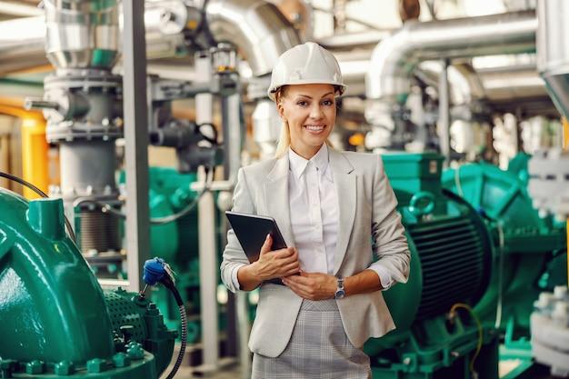 Femme d'affaires posant dans une installation de chauffage.
