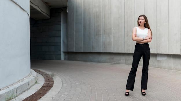 Femme d'affaires posant dans la rue