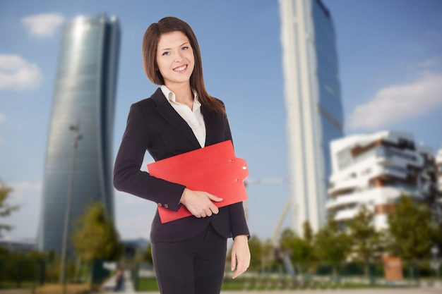 Femme affaires, poser, dans, rue, environnement urbain