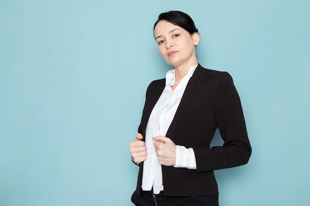 Femme affaires, poser, noir, complet