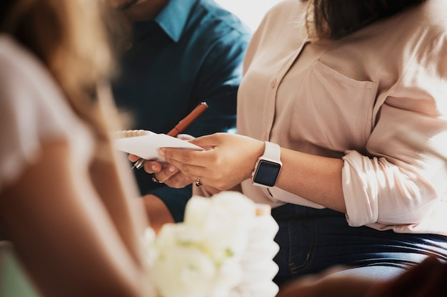Femme d'affaires prenant des notes lors d'une réunion