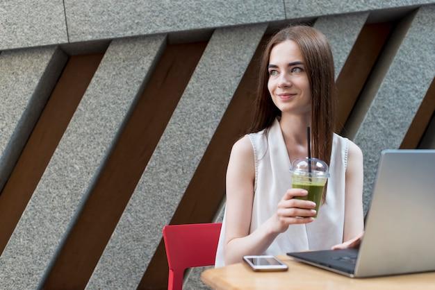 Femme d'affaires prenant un verre