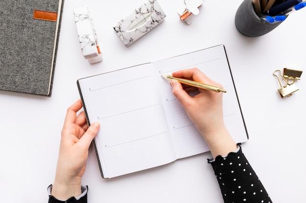 Femme affaires, prendre notes, sur, a, cahier