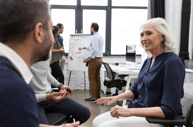 Femme affaires, présentation, collègues, réunion