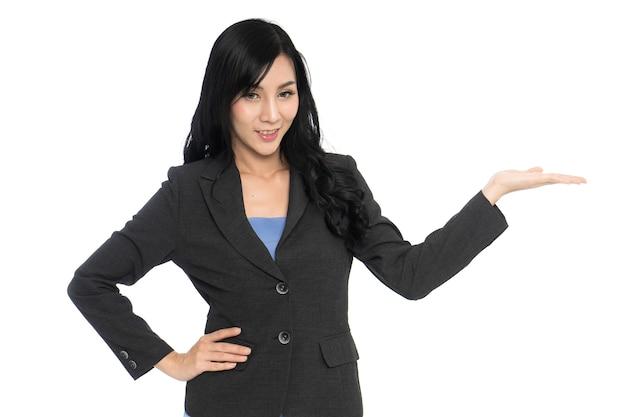 Femme d'affaires avec présentation de la main isolée sur fond blanc