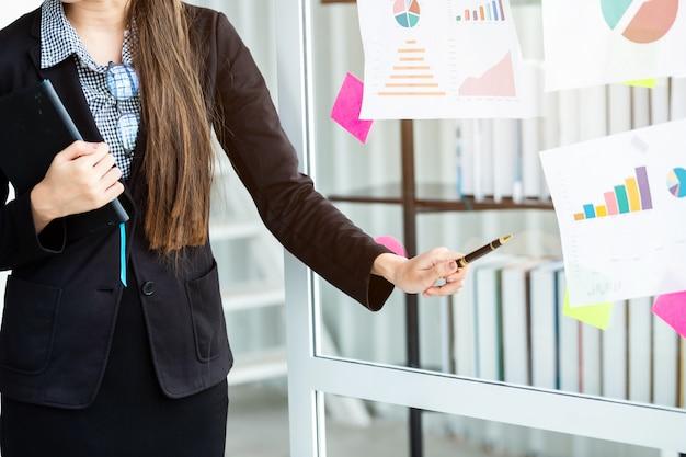 Femme affaires, présentation, nouveau, projet, idées