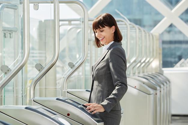Femme d'affaires professionnelle à travers la barrière de la plateforme