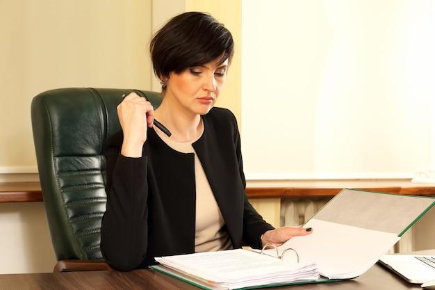 Femme d'affaires prospère au bureau