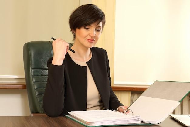 Femme d'affaires prospère au travail au bureau